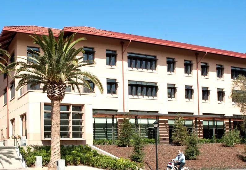 要问商学院哪家强?25大商学院年收入及学费大公开!