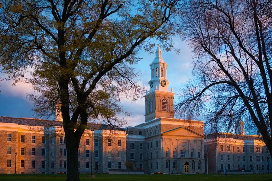 作为纽约州立大学系统中规模最大的大学,这所大学对在校生有何要求?
